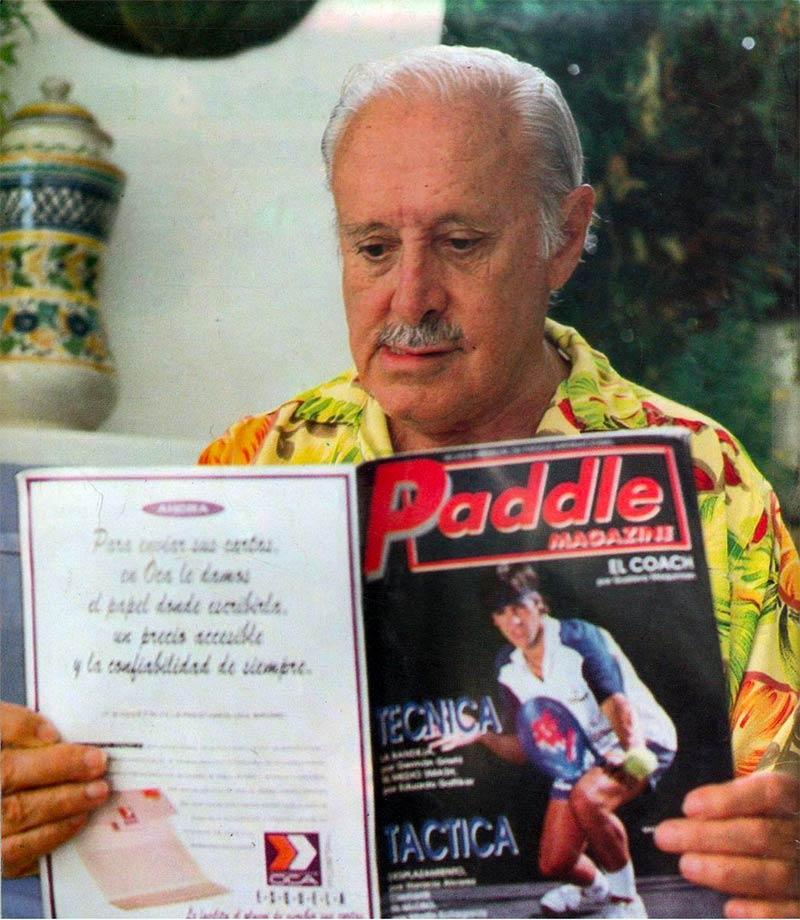Enrique Corcuera leyendo una revista antigua de pádel