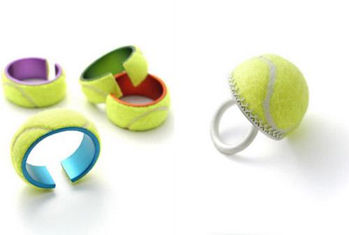 Artículos de bisuteria con pelotas usadas