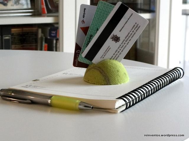 Tarjetero con pelotas de padel o tenis