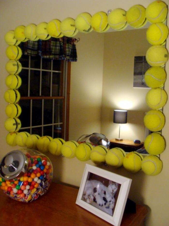 Podemos hacer uso de pelotas de pádel o tenis para decorar espejos