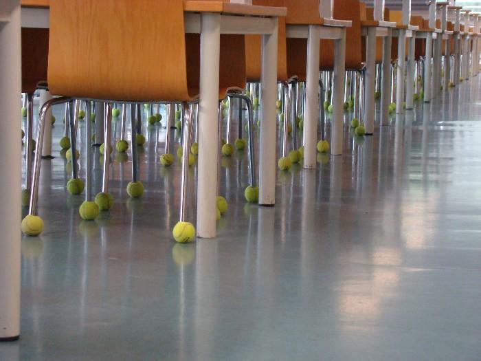 Las pelotas viejas de tenis y pádel se pueden usar para reducir el ruido de las patas de las sillas