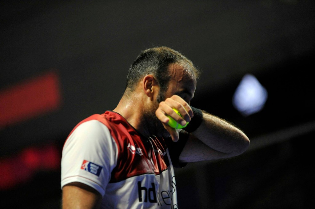 Willy Lahoz se seca la cara de sudor tras un intenso partido en octavos