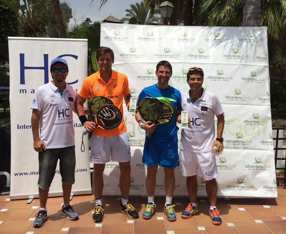 Andreas posando tras ganar un torneo de pádel este verano en Marbella / Andreas posing after winning a padel tournament this summer in Marbella