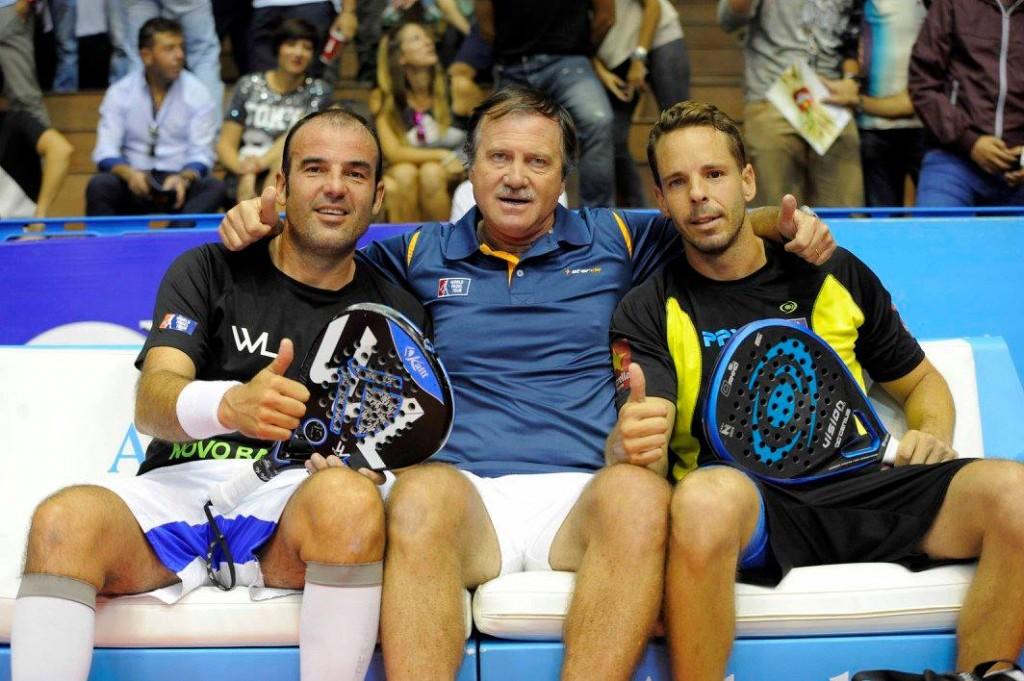 Lahoz y Santana posan con su entrenador tras ganar su partido de octavos