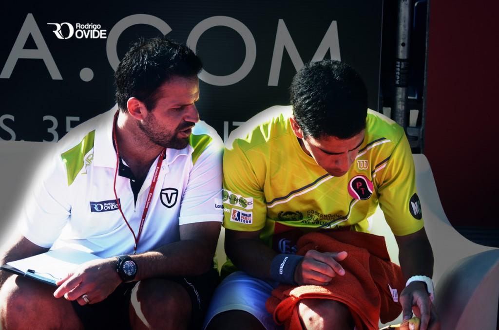 Rodrigo Ovide dando instrucciones a su Maxi Sánchez durante un partido