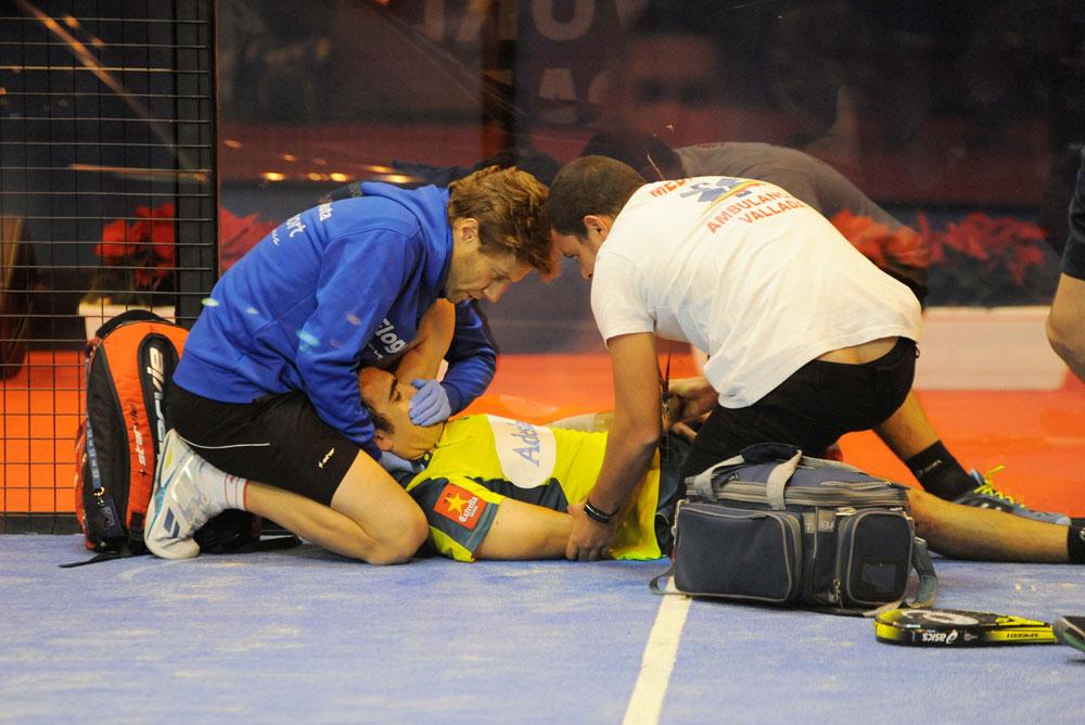 Jordi Riba atendiendo al jugador Pablo Lima durante su lesión en el Master Final
