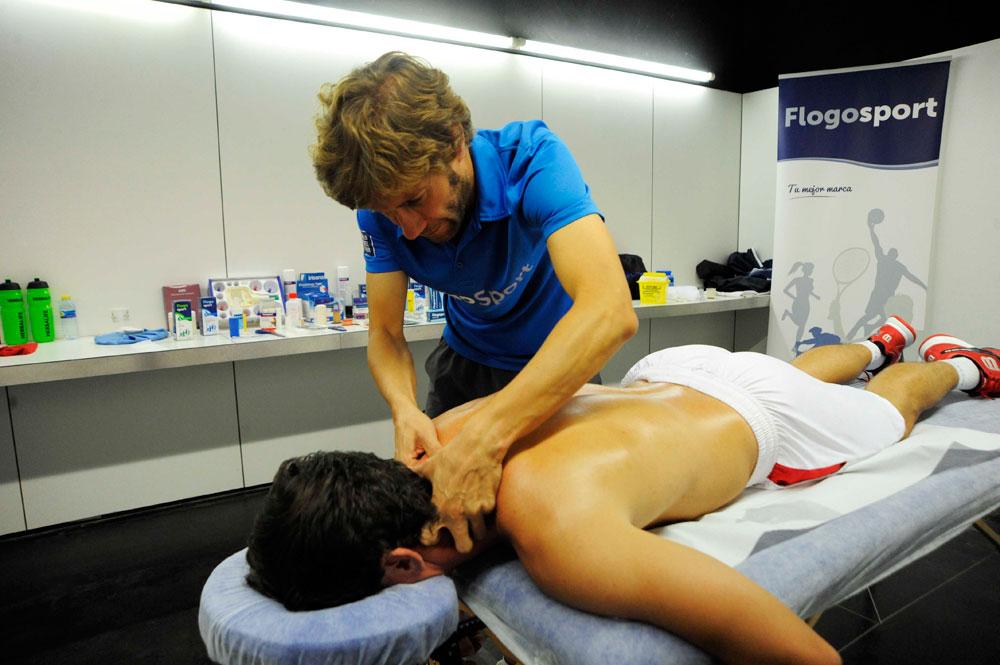 Jordi Riba realizando un masaje a un jugador profesional