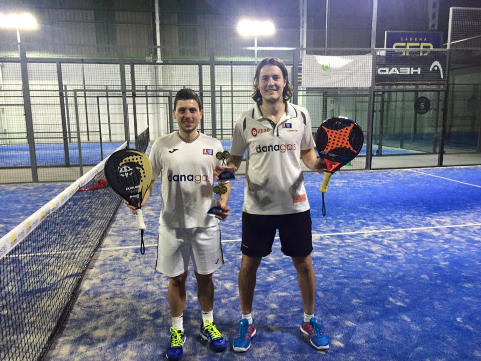 Foto reciente de Andoni con Luis Saiz tras ganar un torneo de la Federación Vasca de Pádel