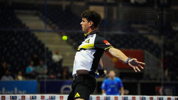 Ramiro Moyano en una volea de revés durante su partido de dieciseisavos del Master de Valencia
