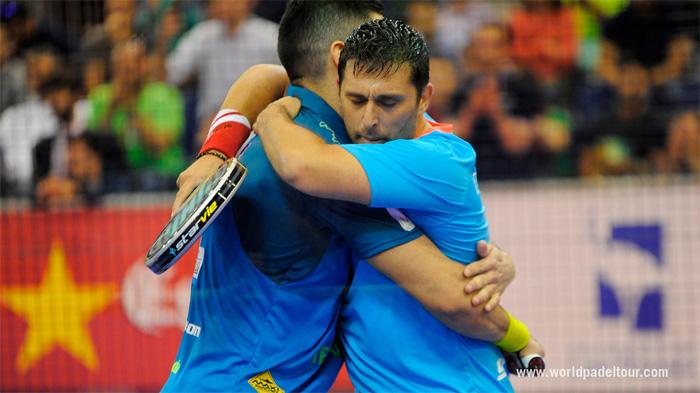 Matías Díaz y Maxi Sánchez se abrazan festejando la victoria de un partido