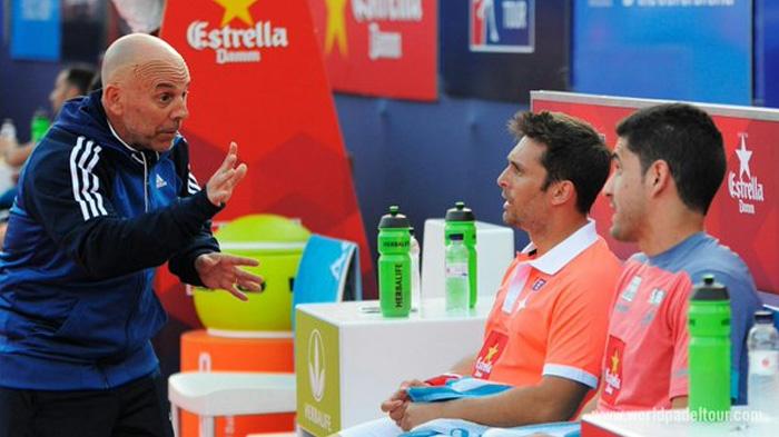 Maxi Sánchez y Matías Díaz reciben instrucciones de su entrenador, Severino Iezzi
