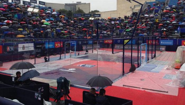 El público permaneció a la espera tras muchas horas de retraso por la lluvia