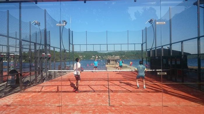 El Club Ekerö Padel cuenta con 4 pistas de pádel: 2 indoor y otras 2 exteriores con vistas a la laguna