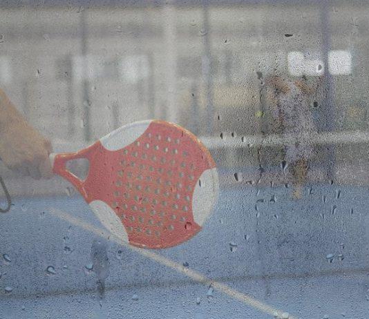 Cómo jugar cuando hay humedad en la pista de pádel