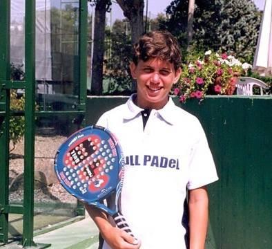 Foto de Paquito Navarro posando con su pala Bullpadel en 1994