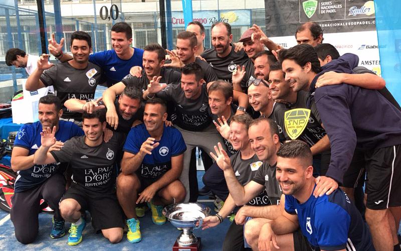 El Club de Pádel Los Caballeros recogiendo el trofeo al ganador del Gran Slam de Málaga