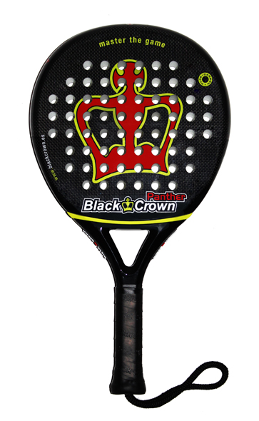 La Black Crown Panther tiene un puño más alargado de lo normal