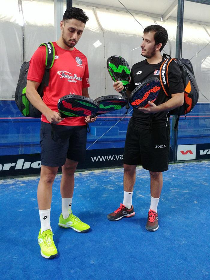 Pablo Lijó y Maxi Grabiel posando con algunas de las palas de la nueva colección