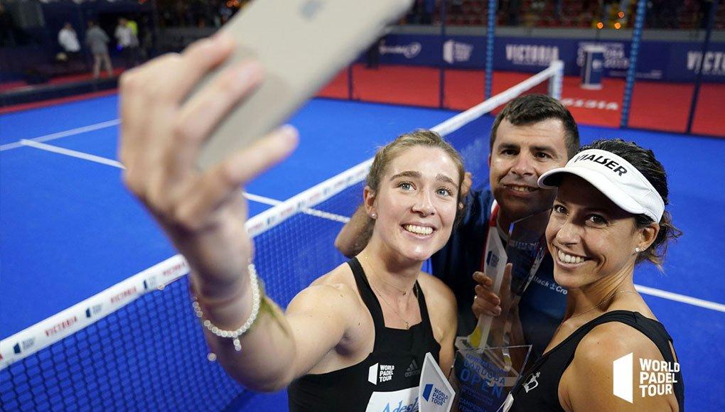 Marta Ortega y Marta Marrero haciéndose un selfie junto a su entrenador Juan Alday