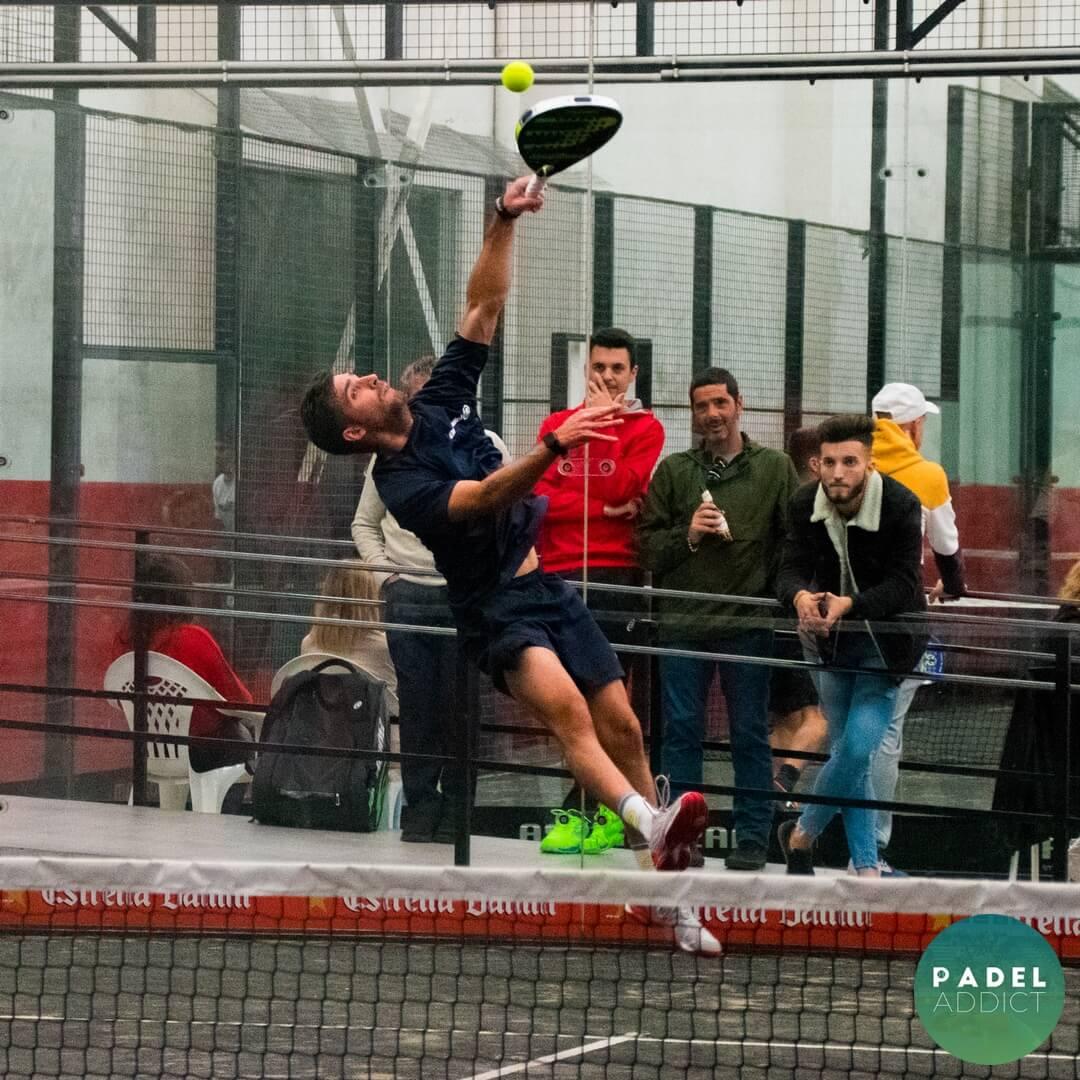 Remate de Kike Martos en la final de 1ª categoría en el Torneo Padel Addict - Padel Nuestro Málaga