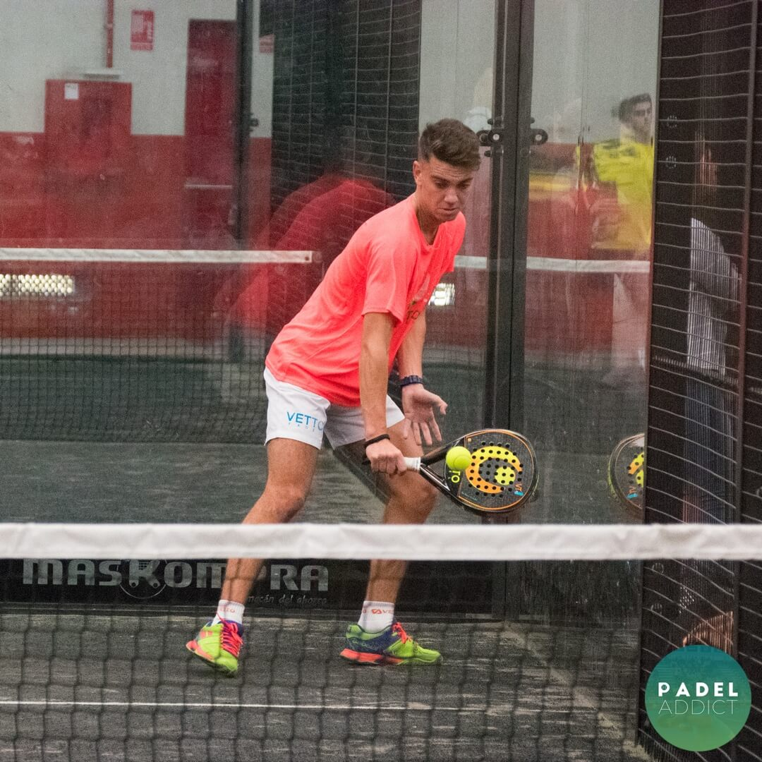 Revés de Braulio Rizo en las semifinales del Torneo Padel Addict - Padel Nuestro Málaga