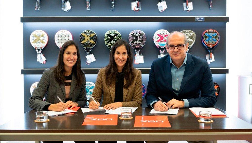 Majo y Mapi firmando sus nuevos contratos con Nox